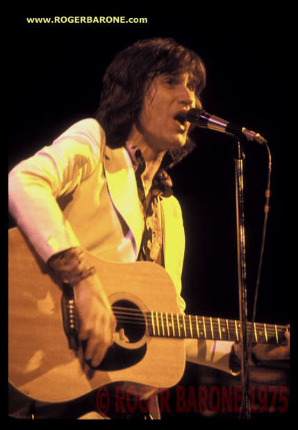 Kinks' Ray Davies playing acoustic guitar at Spectrum Arena april 1975 photo © roger barone